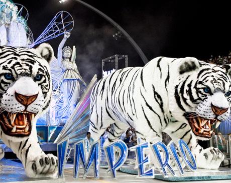 Grandes tigres abriam o desfile da Império de Casa Verde