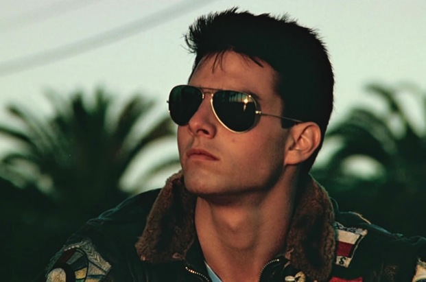 Tom Cruise usa um óculos aviador no filme Top Gun