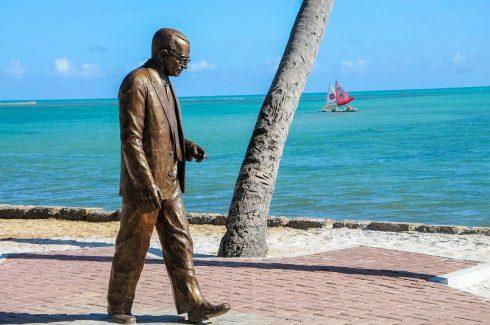 Escultura de Graciliano Ramos Na praia de Pajuçara Foto:Marco Antônio/Secom Maceió