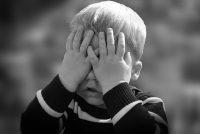 criança tapando o olho