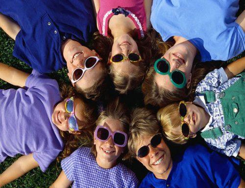 O uso de óculos de sol em crianças